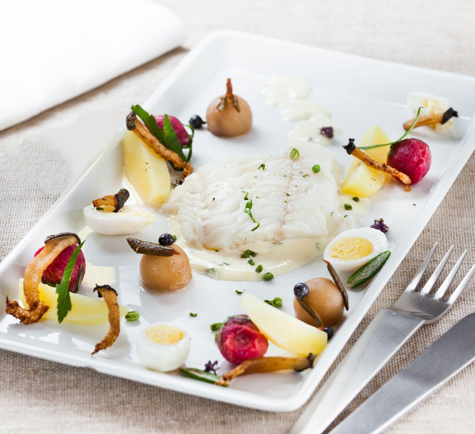 Letsaltet torsk med grønlandsk garniture serveret med æg