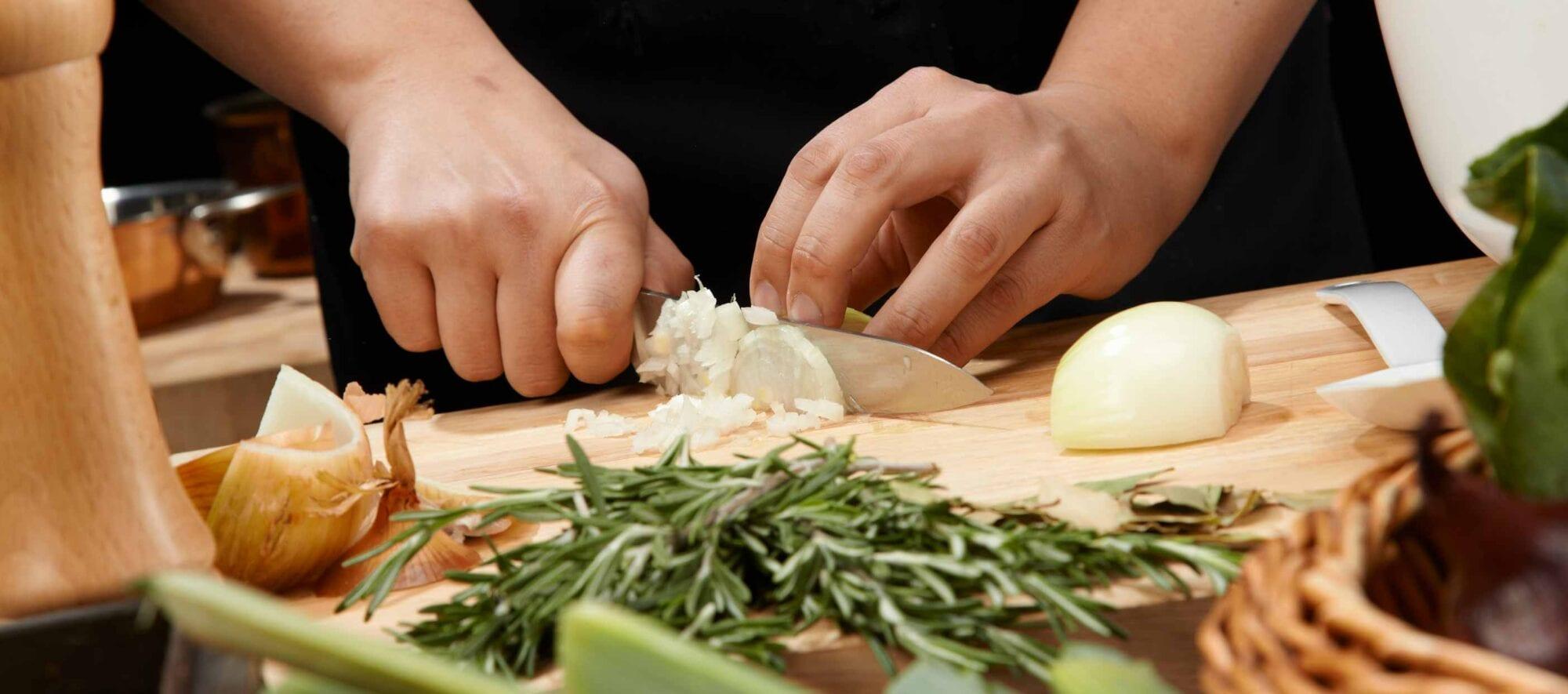 Kok der skærer grøntsager