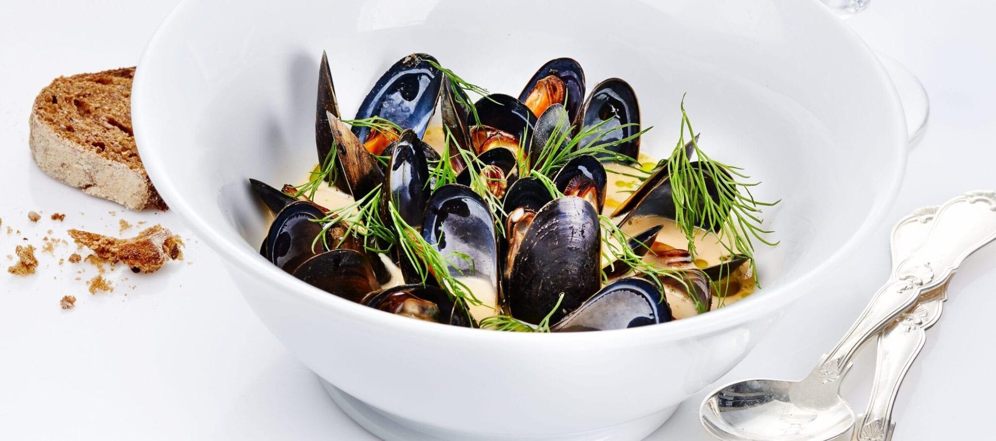 Krydret-fiskesuppe-med-blaamuslinger-og-urter