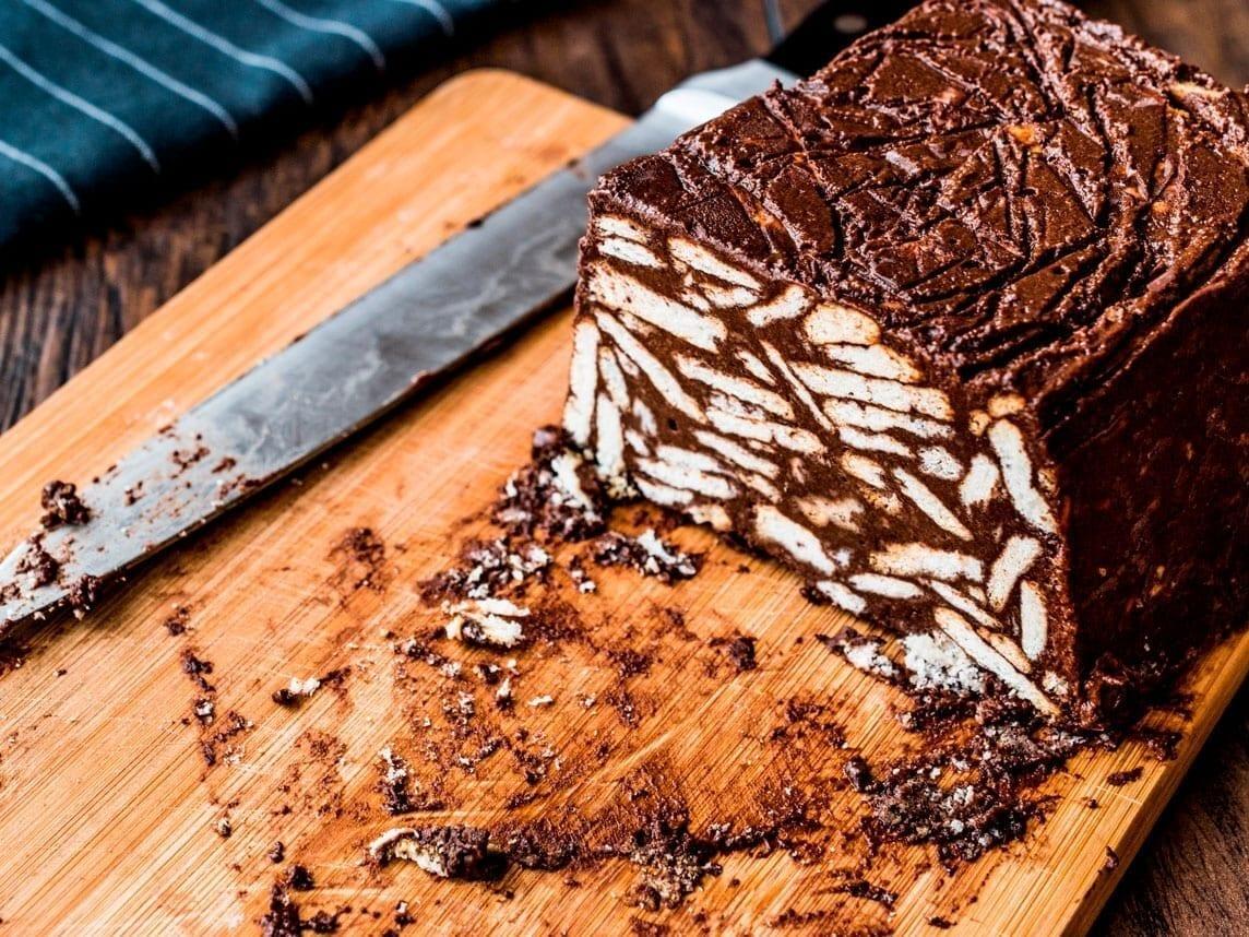 Lækker chokolade kiksekage som forslag til chokoladekage med kiks og nødder