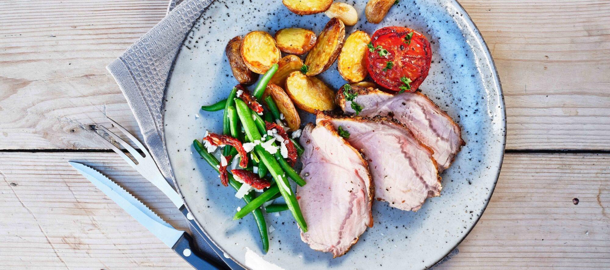 Nakkefillet med hasselback kartofler, grønnebønne og stegt tomat