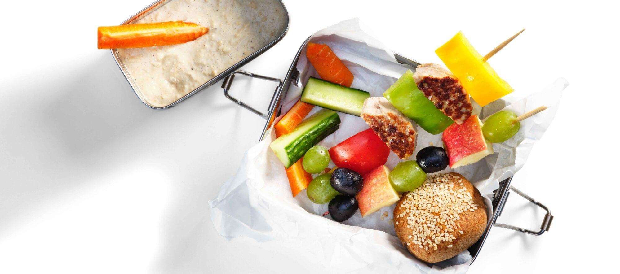Frikadellespyd med grøntsager til hummus og fuldkornsbrød