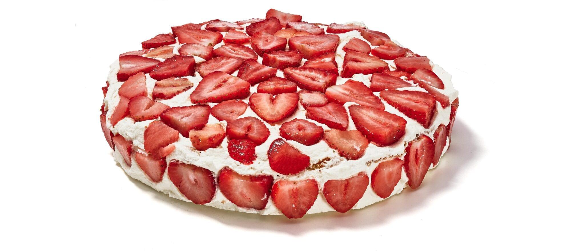 Jordbærlagkage dækket af søde jordbær