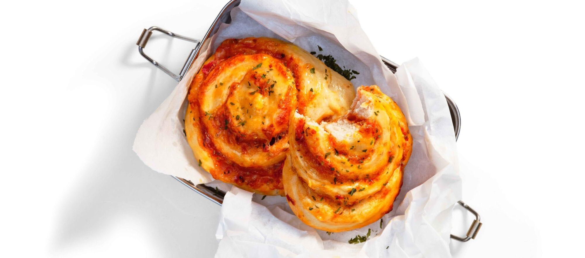 Pizzasnegle med ost og tomatsovs