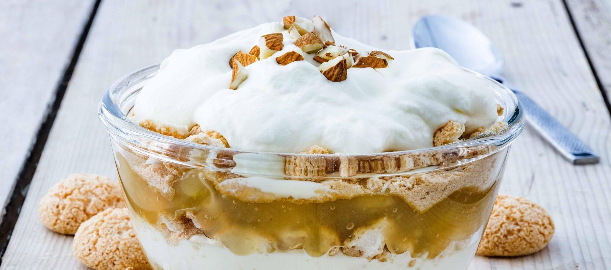 Gammeldags æblekage med makroner, flødeskum og æblestykker kan laves på 10 minutter