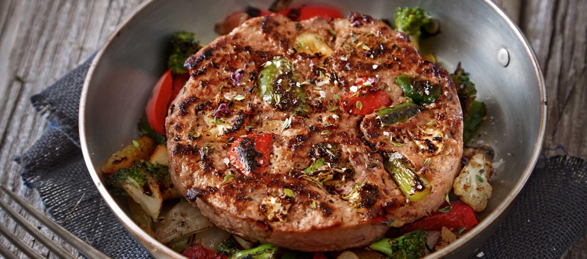 Lækker ret med lam lavet på panden med broccoli og peberfrugt