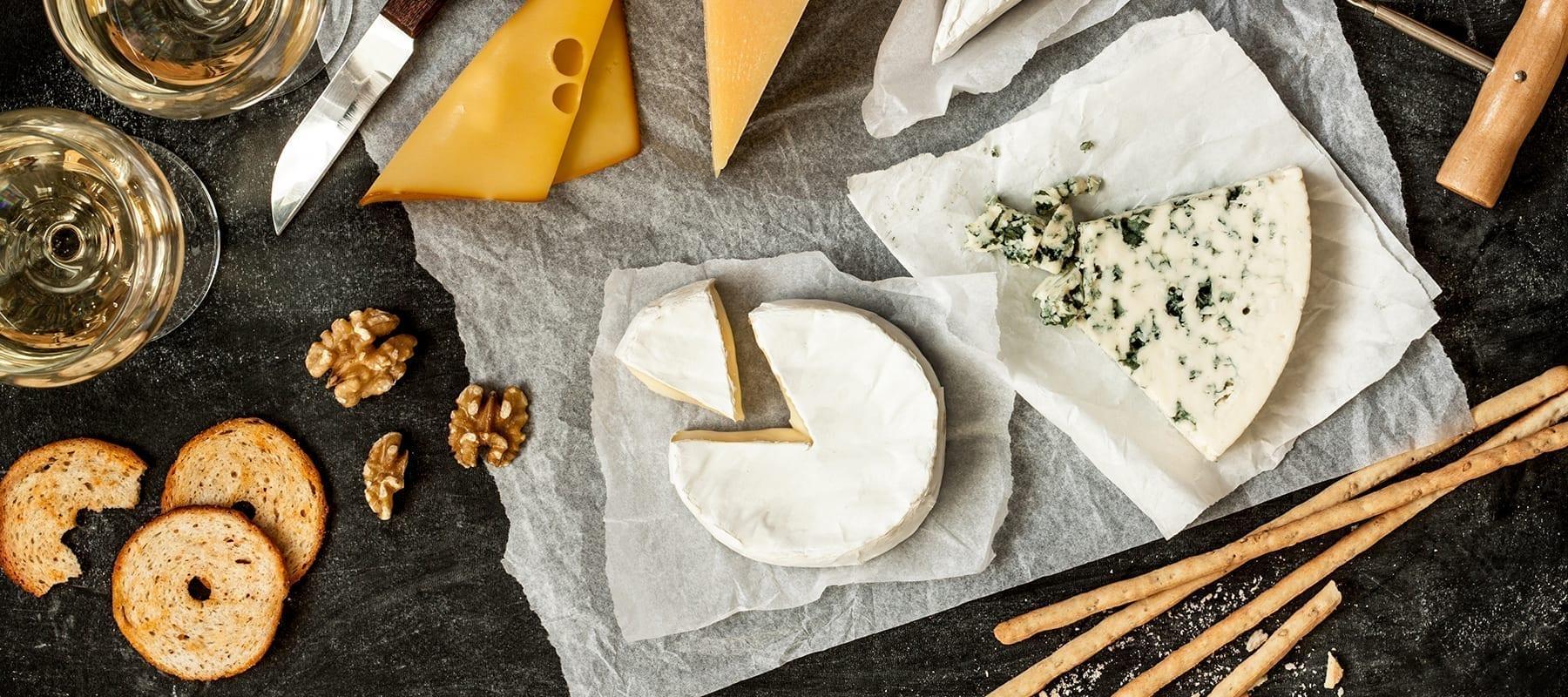 Ostebord med forskellige oste