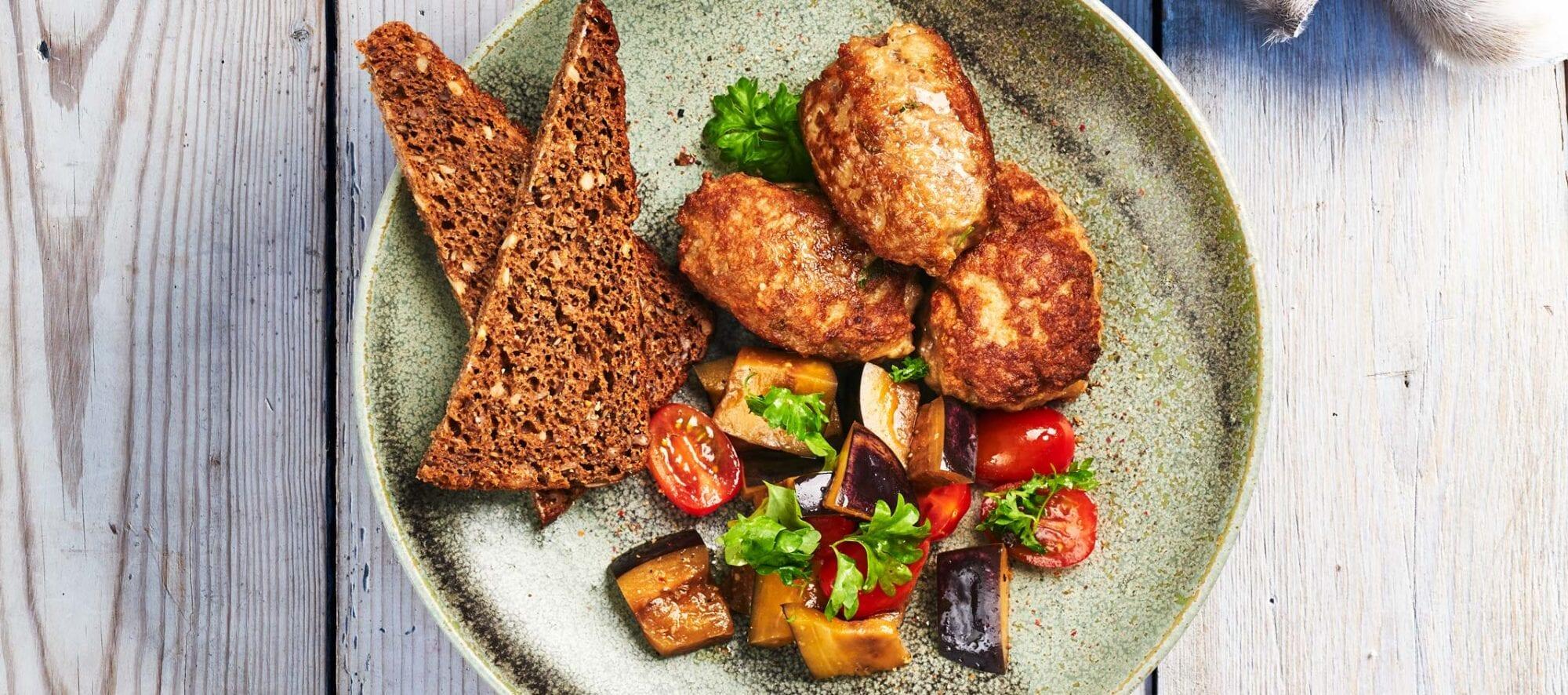 Lammefrikadeller med tomat og auberginesalat med rugbrød