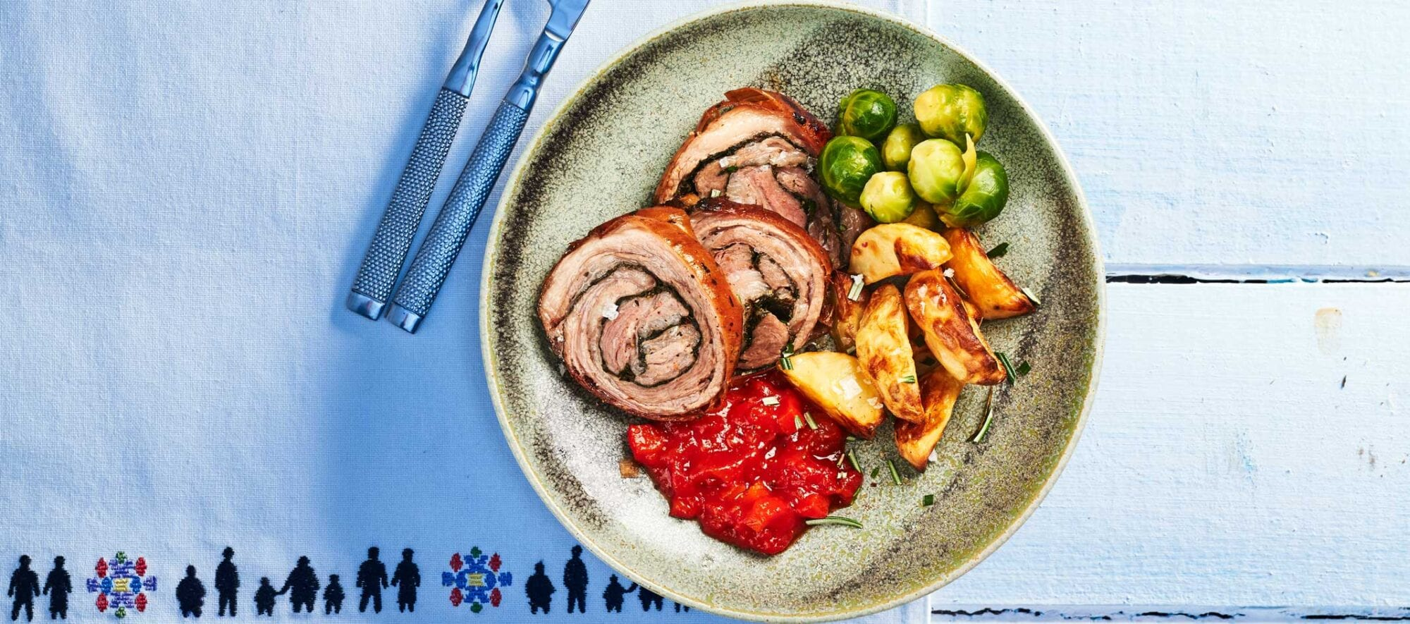 Fyldt lammerullestegt med rosenkål, ovnbagte kartofler og dressing