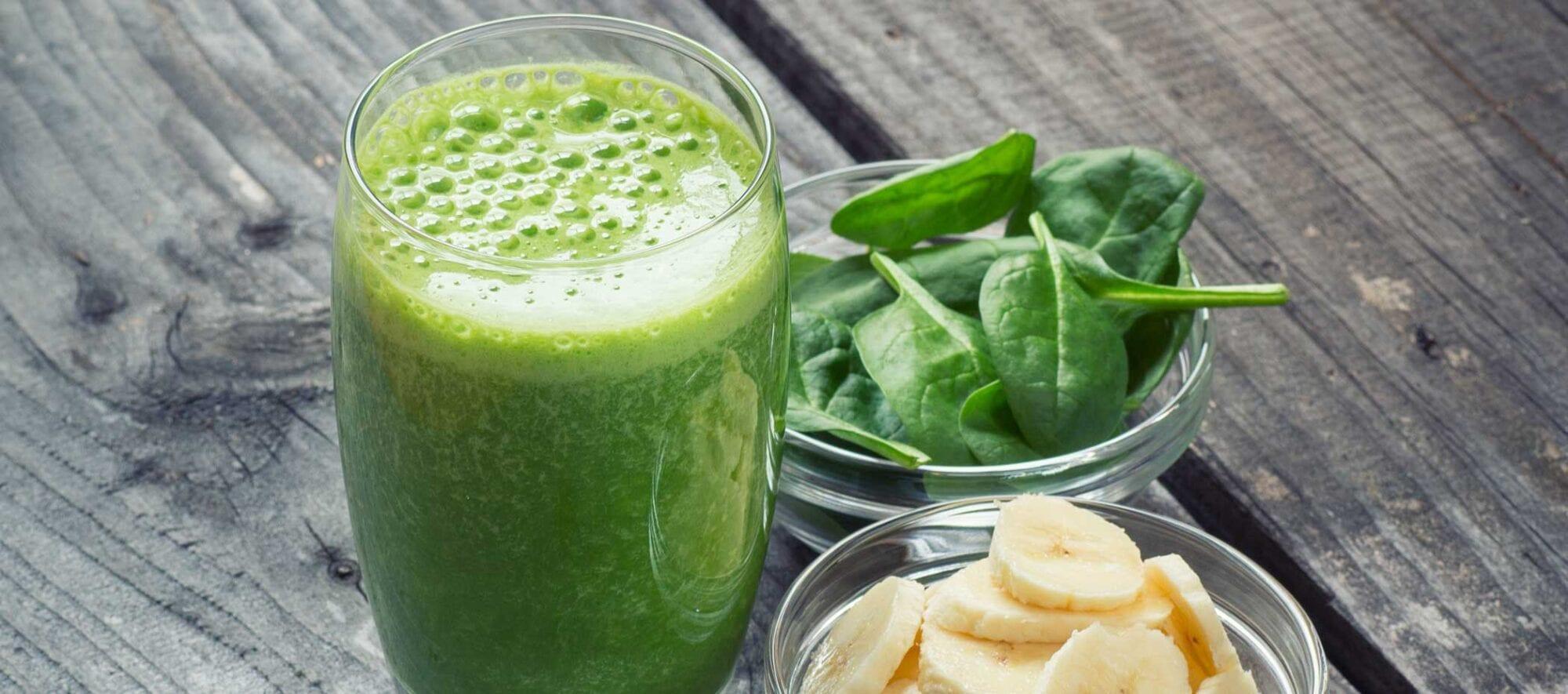 Grøn morgenmadssmoothie med spinat og banan