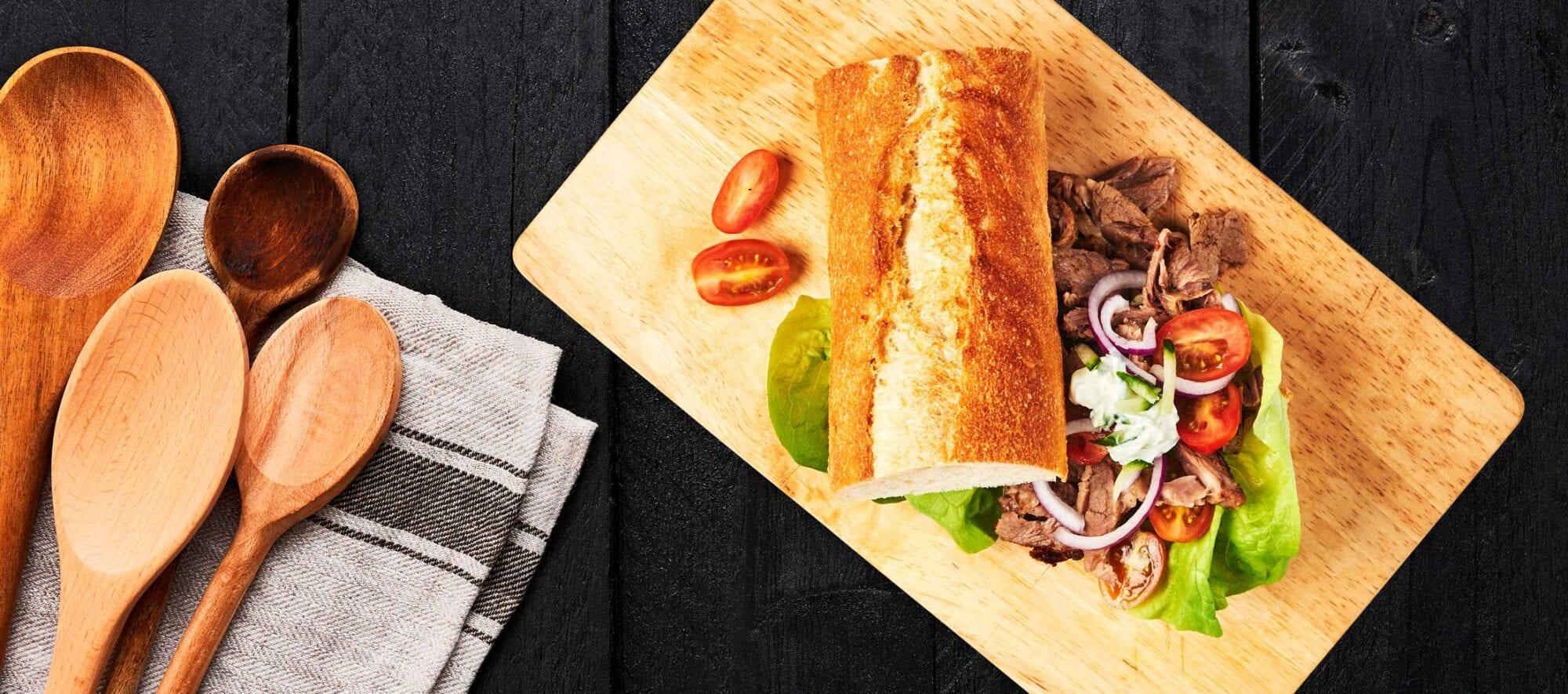 Sandwich med pulled lam, tomat og løg