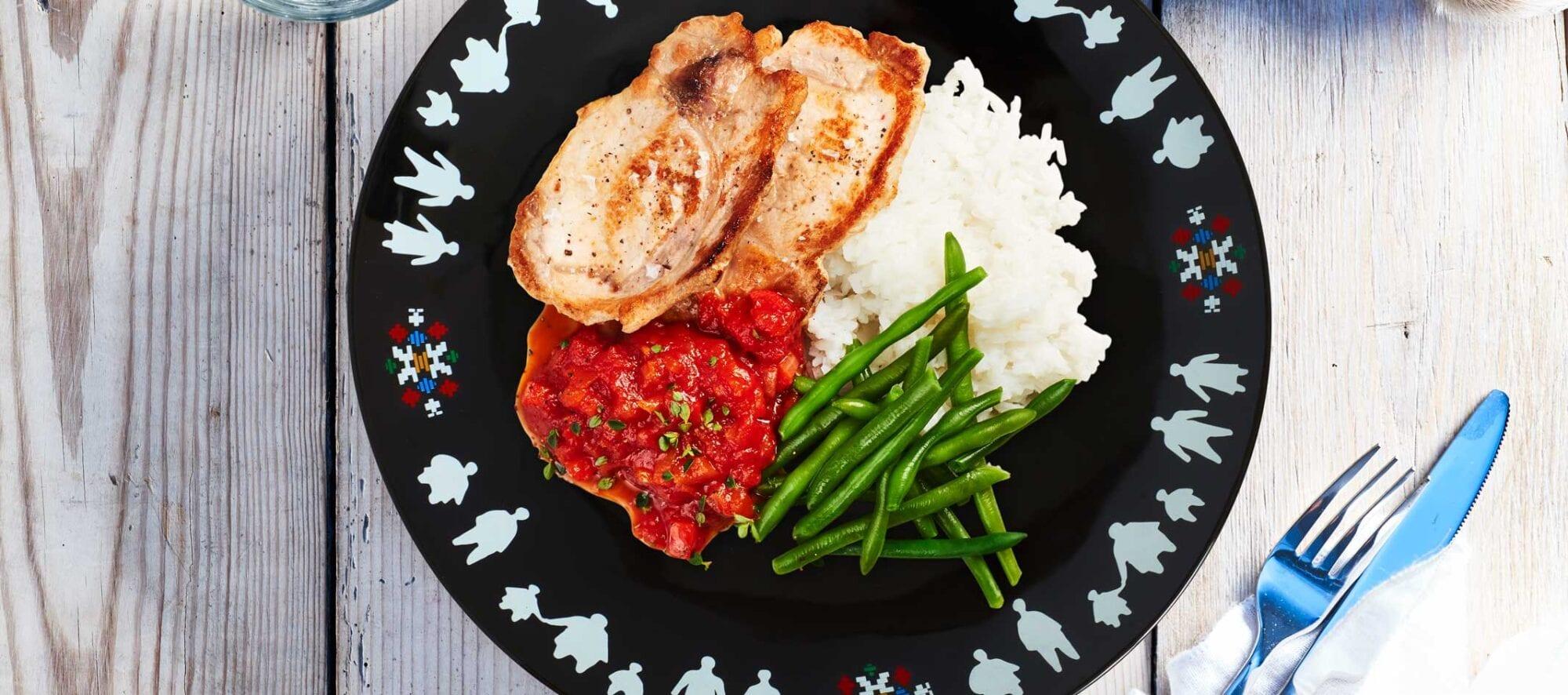 Stegte svinekoteletter med tomatsauce