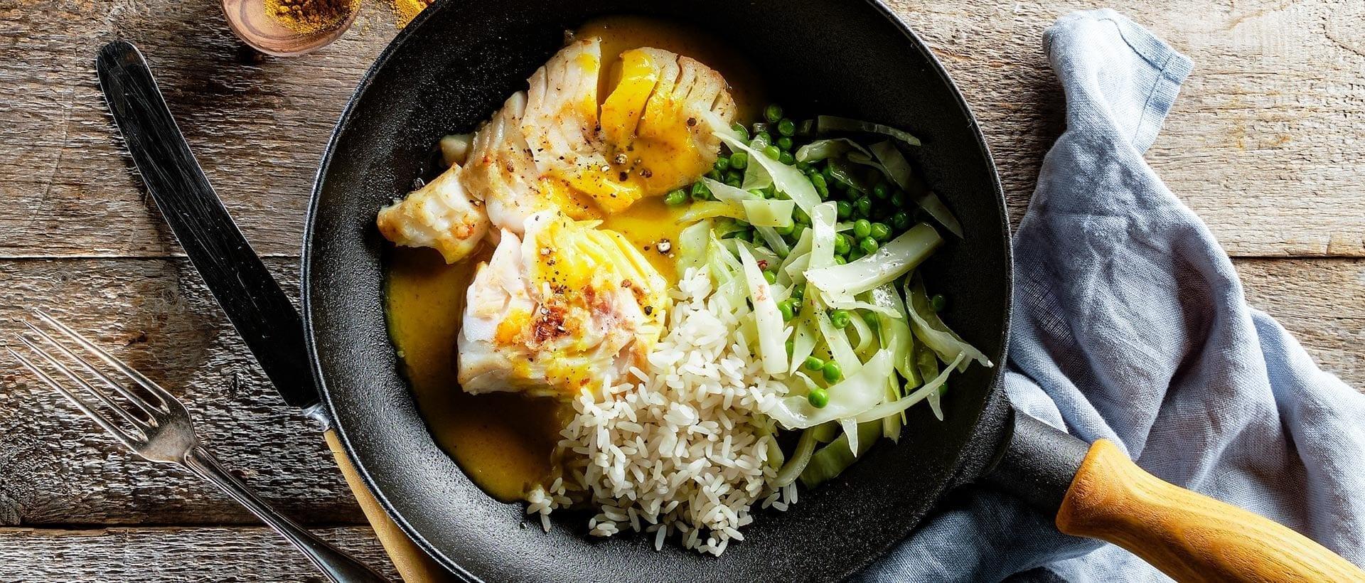 Torsk med karrysovs og ris
